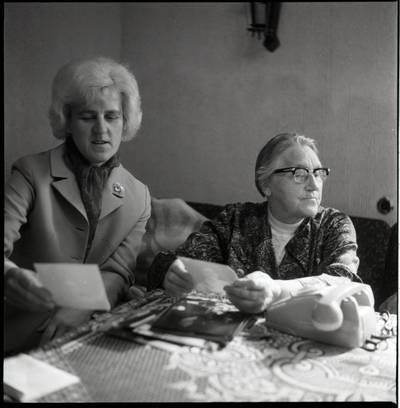 [Mokytoja Rūta Čigienė ir rašytoja Ieva Simonaitytė. Švyturio g. 22-12. Vilnius] / Bernardas Aleknavičius. - 1974.IX.24