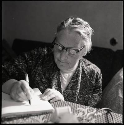 [Rašytoja Ieva Simonaitytė kūrybos procese. Švyturio g. 22-12. Vilnius] / Bernardas Aleknavičius. - 1974.IX.24