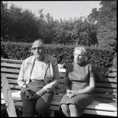 [Rašytoja Ieva Simonaitytė ir jos pagalbininkė Domutė Rimaitienė, sėdinčios ant suolelio. Vingio g. 11. Priekulė] / Bernardas Aleknavičius. - 1976.VIII.23