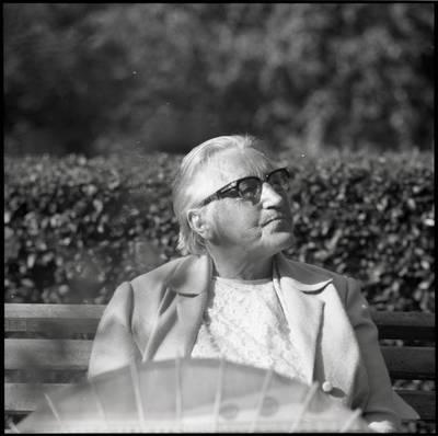 [Rašytoja Ieva Simonaitytė, sėdinti ant suolelio savo vasarnamio sodelyje. Vingio g. 11. Priekulė] / Bernardas Aleknavičius. - 1976.VIII.23