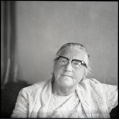 [Rašytoja Ieva Simonaitytė savo namelyje Priekulėje. Vingio g. 11] / Bernardas Aleknavičius. - 1976.VIII.23