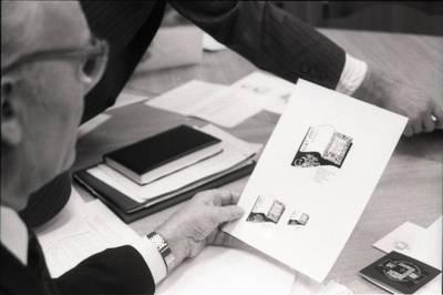 [Organizacinio komiteto pirmajai lietuviškai knygai įamžinti pirmininkas Alfonsas Žalys posėdyje Klaipėdoje] / Bernardas Aleknavičius. - 1994