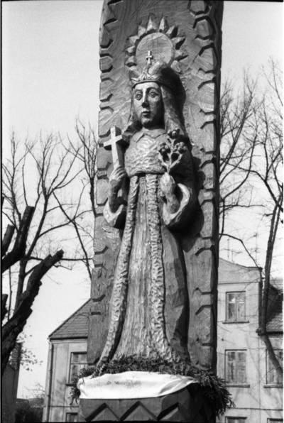 [Skulptūra Šv. Kazimierui Ferdinando aikštėje prie Kristaus Karaliaus bažnyčios Klaipėdoje] / Bernardas Aleknavičius. - 1989