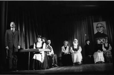[Liaudies rašytojos Ievos Simonaitytės gimimo 90-ųjų metinių minėjimo akimirka Švietimo darbuotojų namuose Klaipėdoje] / Bernardas Aleknavičius. - 1987.I
