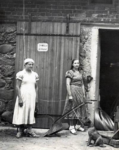 Nežinomas fotografas. Stefanija Drungilaitė ir Vainorienė prie Darbėnų verslininko Bunimo Zimano sandėlio. 1937