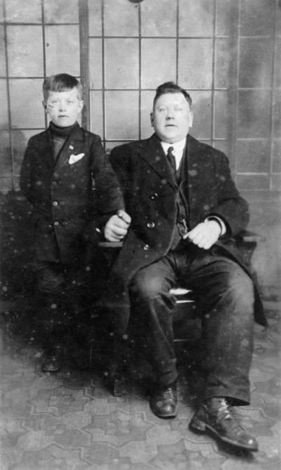 Nežinomas fotografas. Tėvo ir sūnaus Albrechtų portretas. 1920