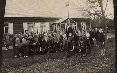 Nežinomas fotografas. Kartenos pradžios mokyklos mokiniai su vedėju Pranu Basčiu sodina medelius. 1932