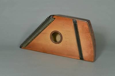 Petras Zigmantas Liutikas. Muzikos instrumentas kanklės, 27-ių stygų, su tonaciniais kaitikliais, veidrodinės konstrukcijos. 2004