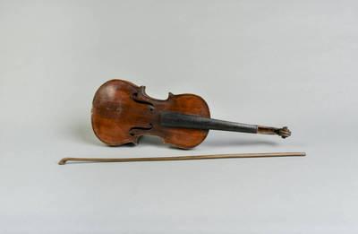 Feliksas Česnauskas. Smuikas: styginis strykinis keturstygis muzikos instrumentas