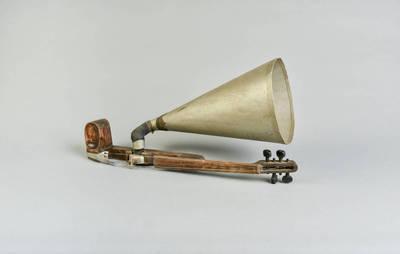 Juozas Vytautas Ričkus. Smuikas su garsintuvu - netradicinis liaudies muzikos instrumentas