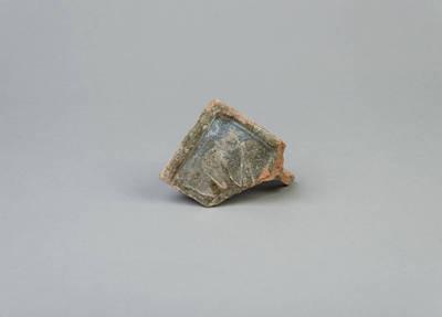 Iš dalies išlikęs plokštinio koklio fragmentas. 1700