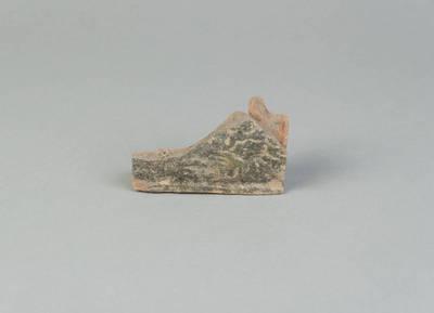 Iš dalies išlikęs karnizinio koklio fragmentas. 1700