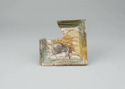 Iš dalies išlikęs keramikinis plokštinis koklis. 1575