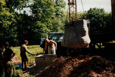 Nežinomas asmuo. Leono Striogos sukurtos skulptūros Vaidila su varpu statymo darbai. Raudondvario dvaro parkas 1996 m. 1996