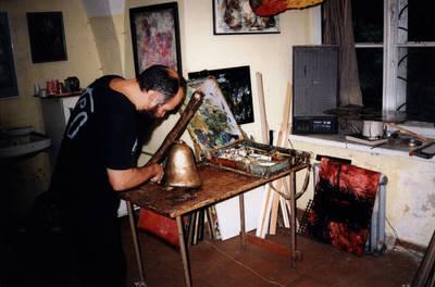 Nežinomas asmuo. Dailininkas Konstantinas Žardalevičius dažomedinį varpą savo tapybos studijoje Raudondvario pilyje. 1996