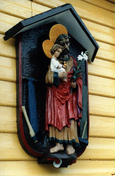 Nežinomas asmuo. Šv. Juozapo darbininko koplytėlė ant  D. ir Z. Kalesinskų liaudies amatų mokyklos sienos. Vilkija 1991 m. 1991