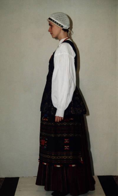 Arūnas Zalanskas. D. ir Z. Kalesinskų liaudies amatų mokykloje sukurtas kapsės moters tautinis kostiumas. 1998