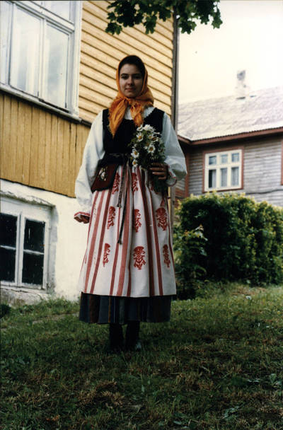 Arūnas Zalanskas. Mažosios Lietuvos merginos tautinis kostiumas. D. ir Z. Kalesinskų liaudies amatų mokyklos tekstilės studentės Elonos Viganauskaitės diplominis darbas. 1996-06-21