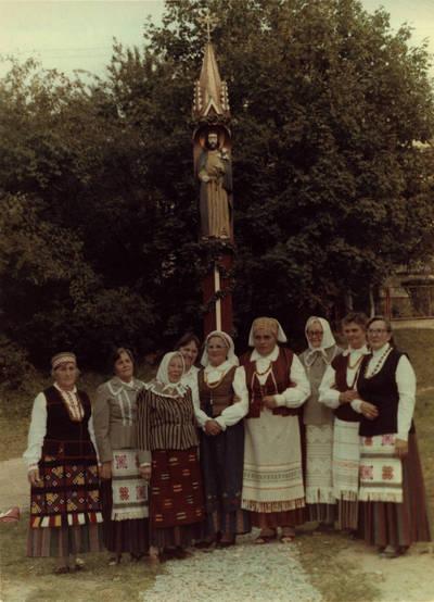 Arūnas Zalanskas. Zigmo Kalesinsko vadovaujamas folklorinis ansamblis prie Šv. Juozapo darbininko koplytstulpio Vilkijoje. 1992