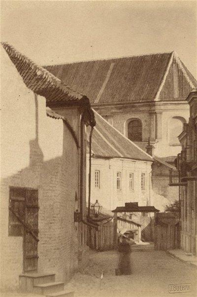 Janas Bulhakas. Fotografijų albumas Fotografijos archyvas, t. 1. Švč. Mergelės Marijos Dievo Motinos Ėmimo į dangų (Pranciškonų) bažnyčia nuo Lydos skersgatvio. 1912