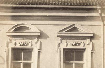 Janas Bulhakas. Fotografijų albumas Fotografijos archyvas, t. 12. Namo Vilniaus gatvėje langų fragmentas. 1915