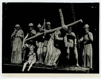 """Mečislovas Sakalauskas. Stacija """"Kristus neša kryžių"""" Kriukų bažnyčioje. 1964"""