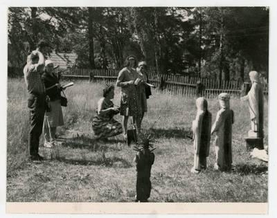 Mečislovas Sakalauskas. Ekspedicijos dalyviai apžiūri skulptūras