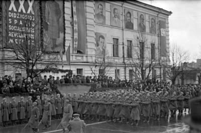 Ilja Fišeris. 30-ųjų Spalio revoliucijos metinių demonstracija. 1946
