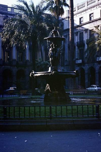 Prano Gudyno kelionių nuotrauka: fontanas ir pastato eksterjero fragmentas. 1965