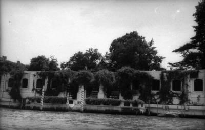 Prano Gudyno kelionių nuotrauka: vandens telkinio ir pastato eksterjero fragmentas, Italija. 1965