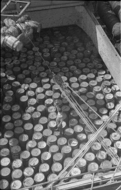 """Bernardas Aleknavičius. Iškraunama plaukiojamoji bazė """"Žemaitė"""". 1963"""