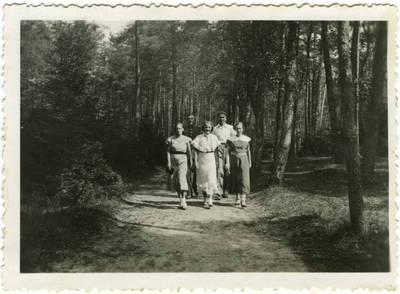 Nežinomas fotografas. Grupės jaunuolių miško kelyje nuotrauka. 1940