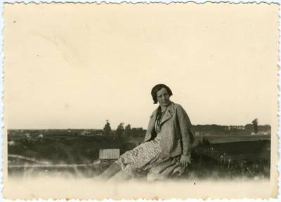 Moters, sėdinčios ant kalvos, nuotrauka. 1940