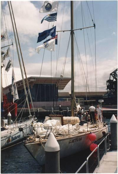"""Nežinomas fotografas. Jachta """"Lietuva"""" prie Nacionalinio jūrų muziejaus Sidnėjuje. 1992"""