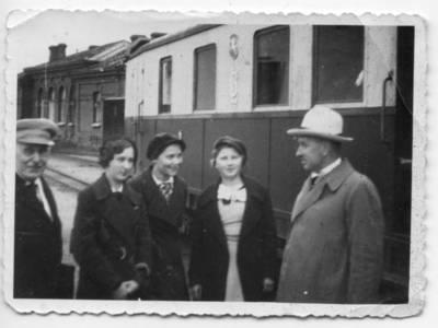 """Skaitmeninis vaizdas """"Pranas Dovydaitis su studentėmis Šiaulių geležinkelio stotyje 1935 metais"""". 2016"""