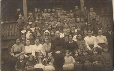 Nežinomas fotografas. Petrapilio lietuviškos mokyklos-bendrabučio mokytojai, auklėtojai ir mokiniai apie 1916 m. 1916