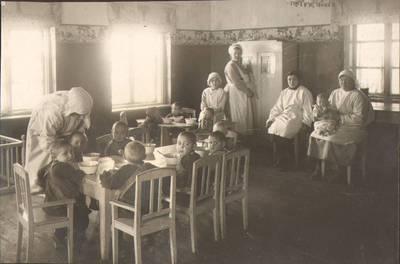 """Nežinomas fotografas. Fotografija. """"Mažųjų vaikų valgomasis kambarys"""". 1924"""