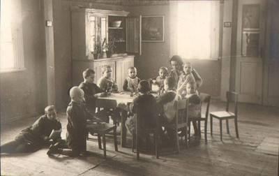 """Nežinomas fotografas. Fotografija. """"Vaikų darželyje"""". 1924"""