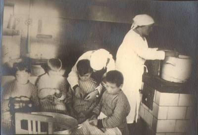 """Nežinomas fotografas. Fotografija. """"Vaikai besidarbuoja šeimininkystėje"""". 1924"""