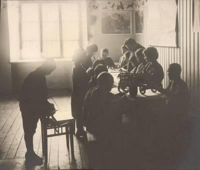 """Nežinomas fotografas. Fotografija. """"Vaikų dirbtuvėje"""". 1924"""