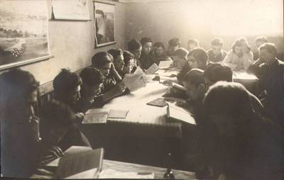 """Nežinomas fotografas. Fotografija. """"Vaikų Namų knygyno skaitykloje"""". 1924"""