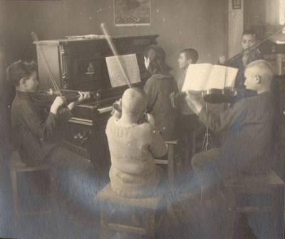 """Nežinomas fotografas. Fotografija. """"Muzikos mokinimas"""". 1924"""