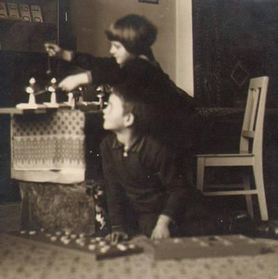 """Nežinomas fotografas. Užsiėmimai Marijos Varnienės """"Vaikų nameliuose"""". 1931"""