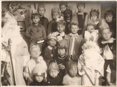 """Nežinomas fotografas. Kalėdų šventė Marijos Varnienės """"Vaikų nameliuose"""". 1929"""