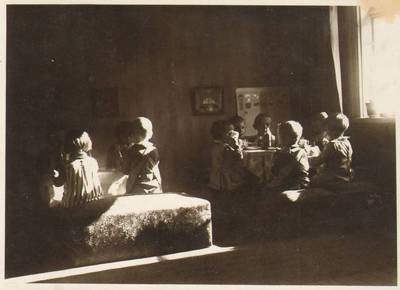 """Nežinomas fotografas. Užsiėmimai Marijos Varnienės """"Vaikų nameliuose"""". 1928"""