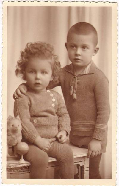 """Boleslovas Savsenavičius. Marijos Varnienės """"Vaikų namelių"""" auklėtiniai Stasys ir Jonas Ragaišiai. 1934"""