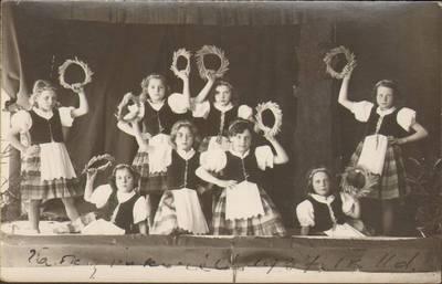 M. Katinaitė. Utenos valsčiaus pradžios mokyklos I skyriaus mokiniai šoka tautinius šokius. 1937-06-11