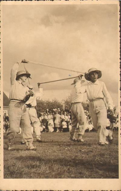 """Nežinomas fotografas. Joniškio mokyklos mokiniai šoka """"Mikitą"""". 1938"""
