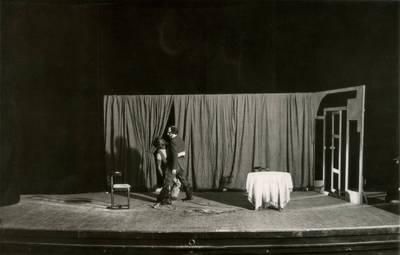 Valstybės teatro spektaklio nuotrauka. H. Bičer-Stou. DĖDĖS TOMO LŪŠNELĖ