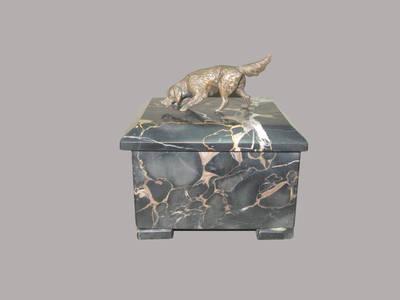 Marmūrinė dėžutė su geležinio šuns skulptūrėle, dovanota Jonui Vanagaičiui 1934 m.